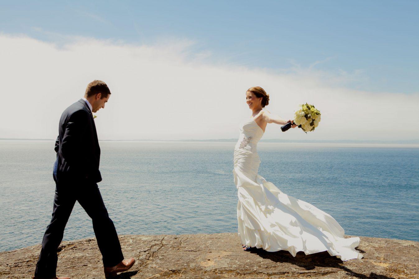 bride-groom-water-spontaneous-wedding-photo